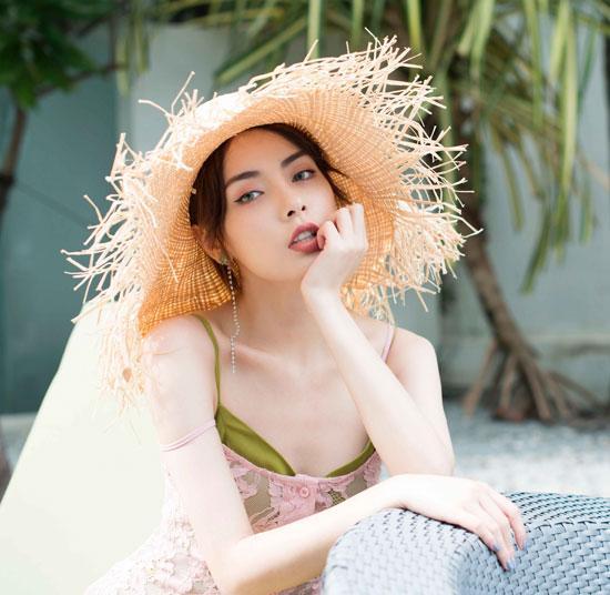 赵宇彤身穿时尚性感长裙 颜值爆表气质清新郴拼音