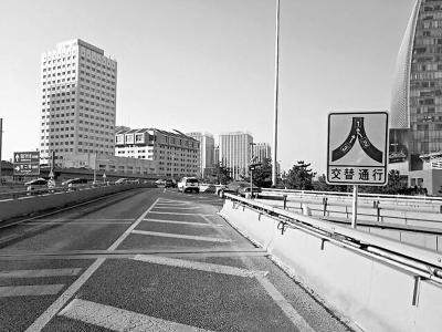 """北京西直门桥试点""""拉链式""""通行 违规将罚100元"""