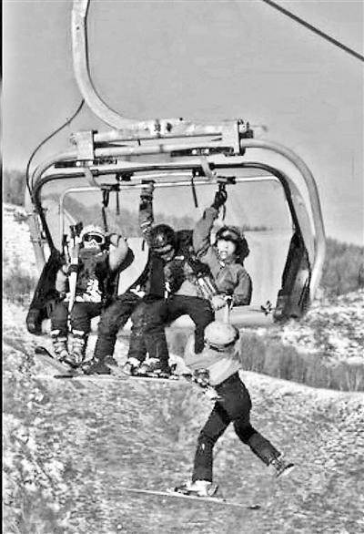 河北一滑雪场儿童坠落缆车 掉在软雪区未受伤