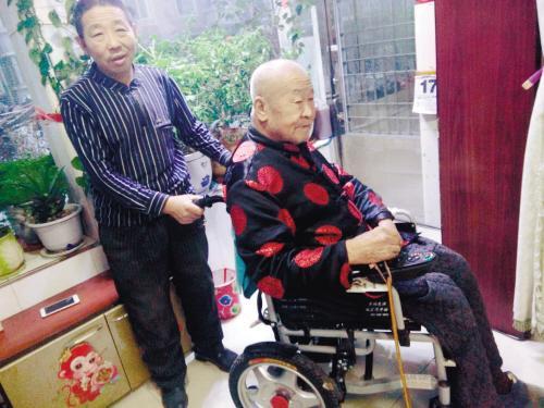 50歲男子照料90歲鄰居發明出行升降機、一鍵遙控器