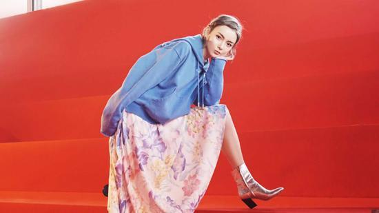 赵宇彤穿蓝色卫衣混搭印花纱裙看秀 英气不失性感