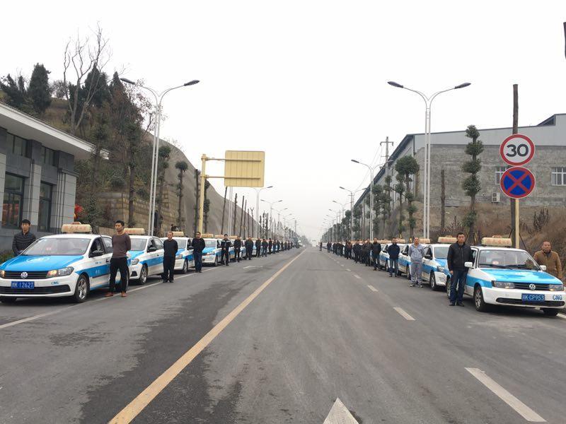 31岁消防战士牺牲四川威远上万群众送别英雄图