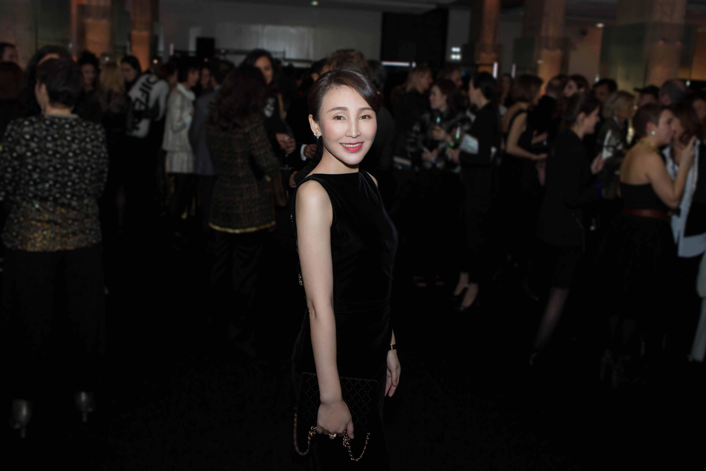 岳丽娜现身巴黎高定时装周 身穿黑裙笑容甜美