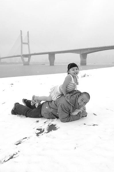 武汉冬泳队有个5岁小姑娘 雪地泳装撒欢不怕冷