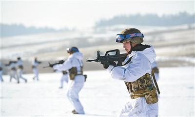 特战女兵驾全地形车直冲70度高坡 战车几乎悬空站立