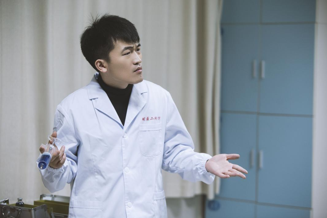 姜寒《男团秘事》再担制片人 搞笑演绎神经医生