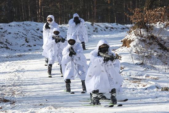 特种部队冬训赤膊雪上飞 掌握严寒下射击窍门(图)