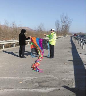 小伙高速公路上放風箏危險大自稱因心情不好