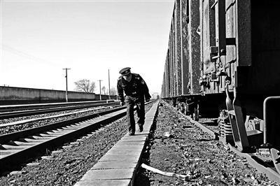 民警守护铁路小站17年:每天巡逻10公里 与影子为伴