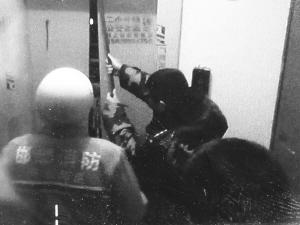 孕婦夜間遭遇電梯驚魂消防人員強行開門救人圖