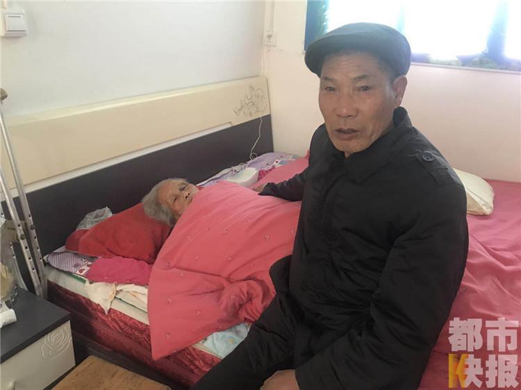 不離不棄!67歲兒子悉心照顧百歲母親40年圖