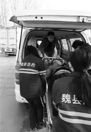 男子倒地昏迷众人围观 战士守护一路送医垫付款