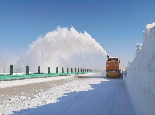 """""""拋雪神器""""上高速瞬間將雪拋出百米遠圖"""
