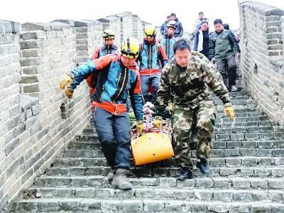 老人酒后爬长城受伤 消防援手