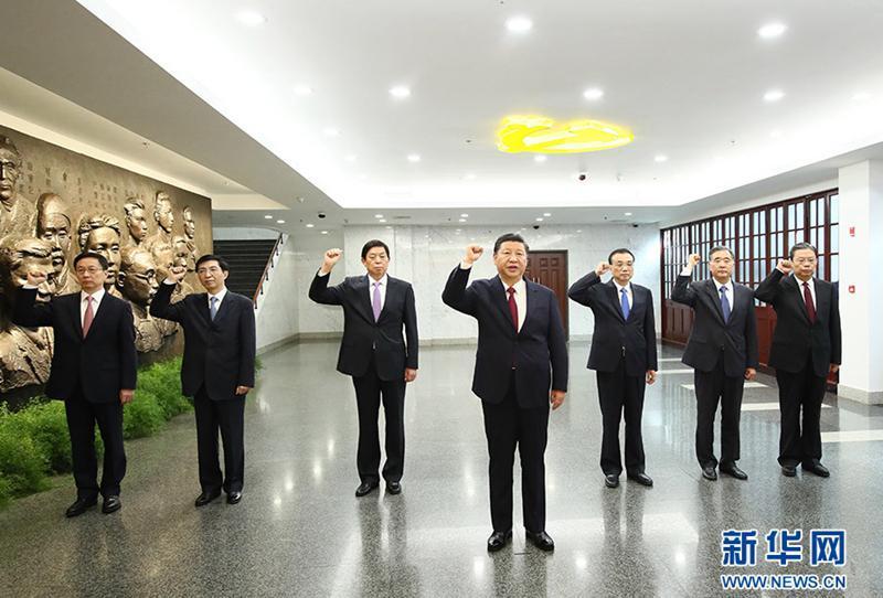 2017年10月31日上午,在上海中共一大会址纪念馆,习近平带领其他中共中央政治局常委同志一起重温入党誓词。(图片来源:新华网)