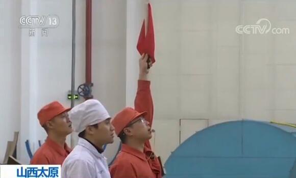 """js33555.com金沙:火箭吊装的""""黄金搭档"""":靠指挥旗和哨声完美配合"""