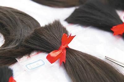 7756人捐发给癌症患者_有人给头发绑上蝴蝶结(图)