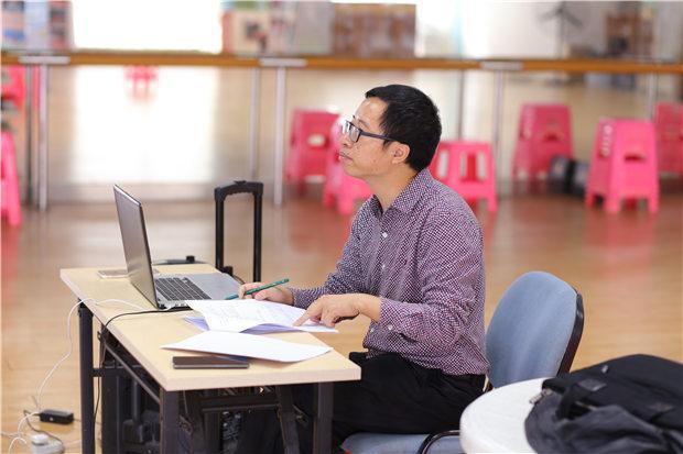 秦川在小品创作基地指导演员排练。