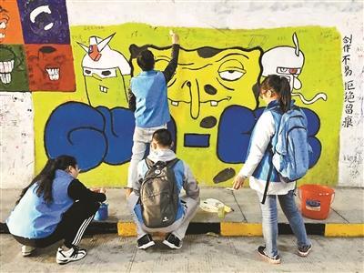 """厦大芙蓉隧道遭游客涂鸦 学生贴纸条""""求放过"""""""