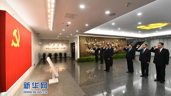 2017年10月31日,在上海中共一大会址纪念馆,习近平带领中共中央政治局常委同志一起重温入党誓词。(图片来源:新华社)