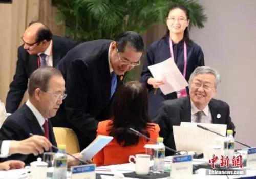 图为周小川(右)出席会议 <a target='_blank' href='http://www.chinanews.com/'>中新社</a>记者 任海霞 摄