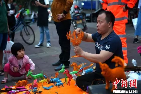 """""""独腿哥""""的自强路:街头摆摊卖编织品 免费传授"""