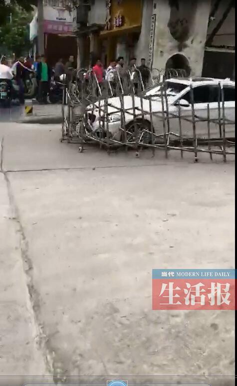 涉嫌套牌宝马撞坏铁闸门逃逸 南宁警方全城追查