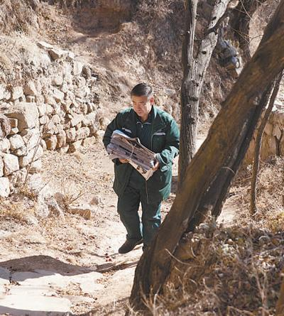 邮递员奔走山里33年:每天50多公里4个多月没休