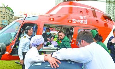 1岁幼童被葵花籽堵住气管垂危 直升机转运急救