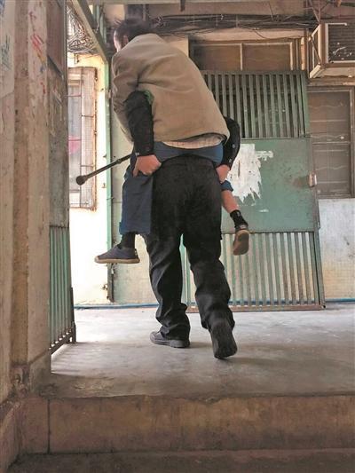 独居老人瘫坐街头 辅警背老人上5楼掏钱帮买米张绍刚被打