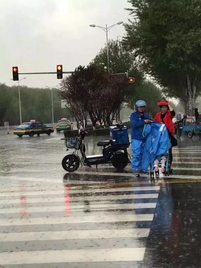外卖小哥雨中脱下外套 护送婴儿车过马路(图)东方云梦谭chm