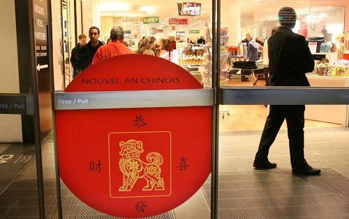 """资料图:2019-09-20,法国巴黎老佛爷百货公司门上的一块牌子写着""""恭喜发财""""字样,庆祝中国春节的到来。 新华社记者宋立东摄"""