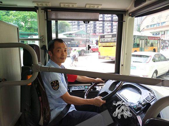 """开公交8年 """"五一""""假期他在公交车上度过陈思远和沈思豪接吻"""