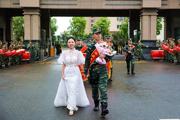 武警申请执行任务错过婚礼 妻子穿婚纱接他归队安远人才热线