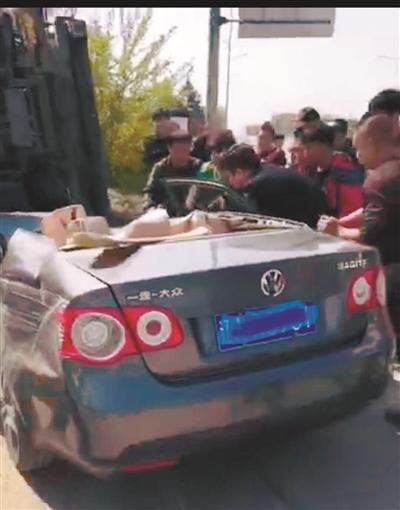 """轿车出车祸变""""敞篷车"""" 众人手抬棍撬救伤者钳子先生"""