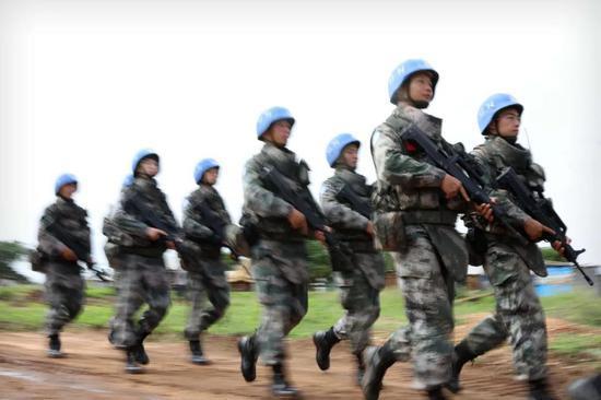 4月29日,中国维和步兵营战士在南苏丹首都朱巴进行巡逻。