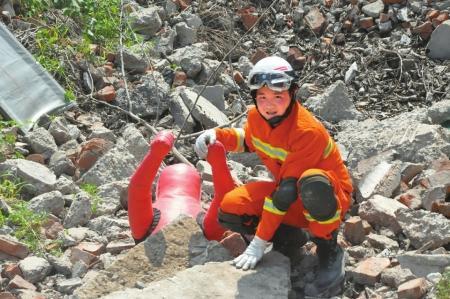 十年前抗震救灾小英雄当上消防员 冲在抢险最前面含笑半步钉