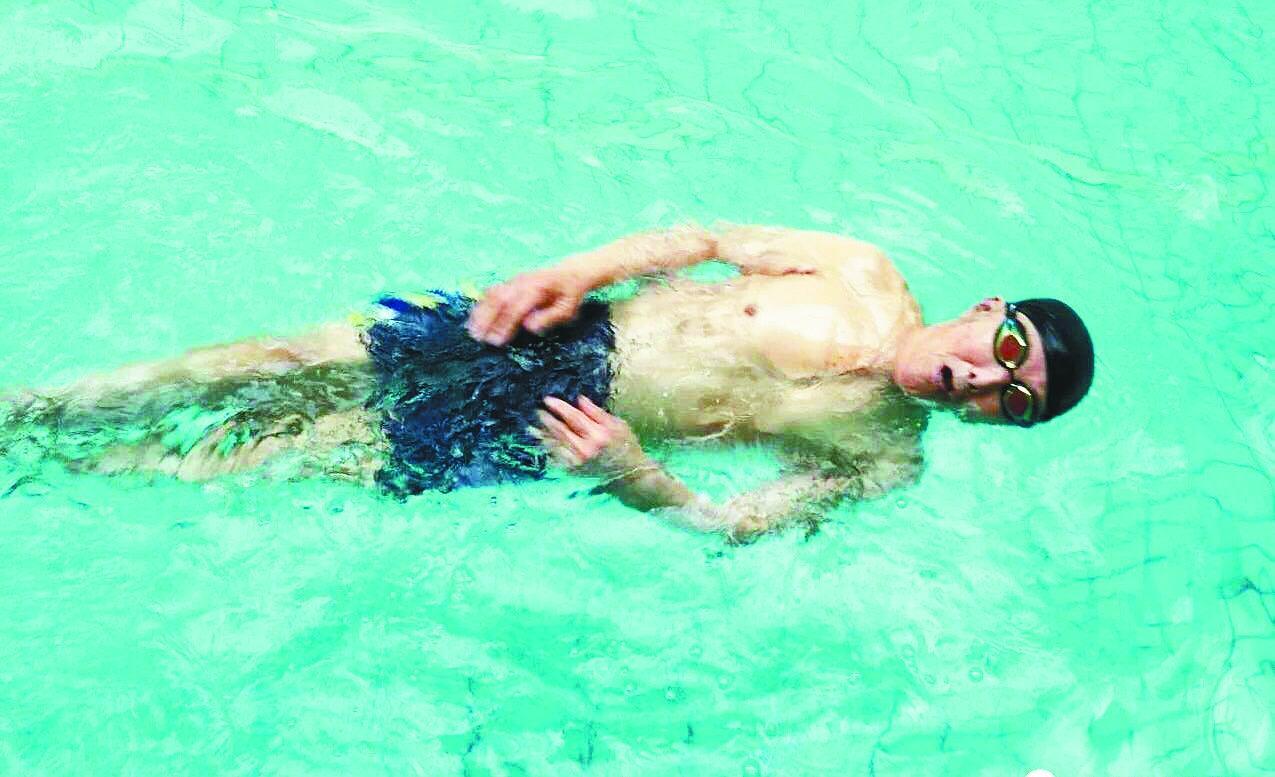 密山93岁老人每天游泳一小时 身体棒得像小伙