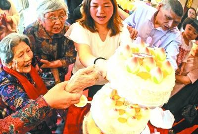 百岁奶奶穿针比小辈还快 长寿秘诀:爱吃荤子女孝顺乌云贸易团的羽毛