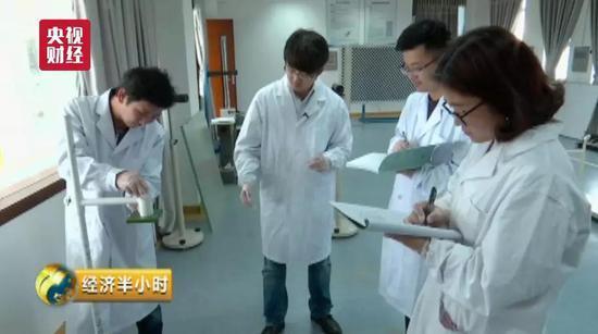 """中国造出""""超薄玻璃"""":厚度堪比A4纸 轿车撞不碎"""