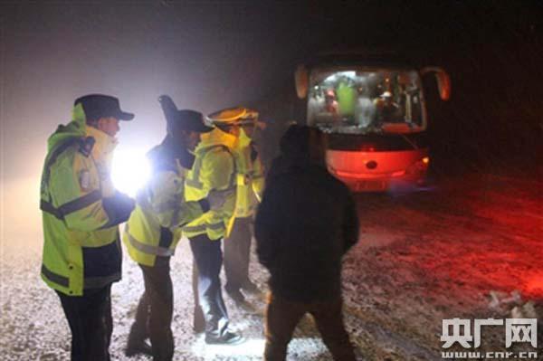 甘肃36名游客雪夜被困青海 祁连交警多部门紧急救援海尔37寸液晶电视