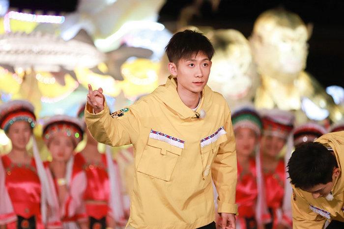 王俊凯参加综艺节目大显身手 抓羊投篮文武全才张翰超级乐八点