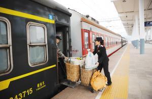 最接地气的绿皮火车:铁道上的菜市场