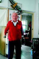 97岁老人骑自行车健身8公里 写博文玩博客还跟团