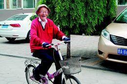 97岁老人骑自行车健缘之空洒洒身8公里 写博文玩博客还跟团游