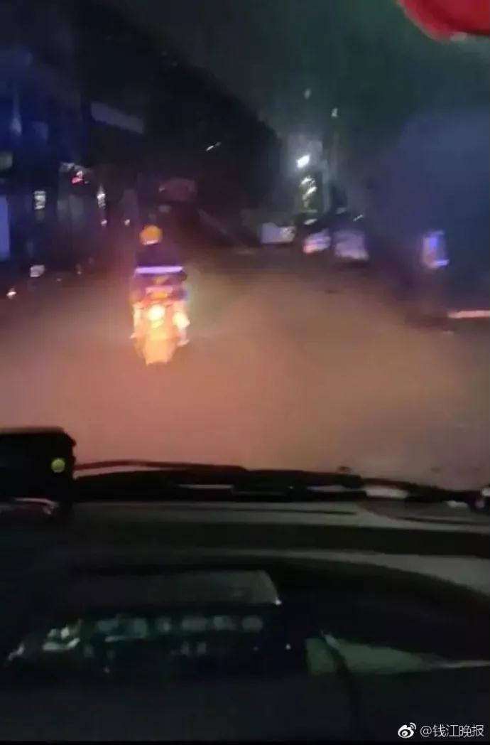 外卖小哥清晨给救护车领路 获赞最暖和的违影(图)