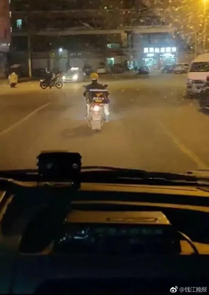 外卖小哥凌晨给救护车带路 获赞最温暖的背影(图)