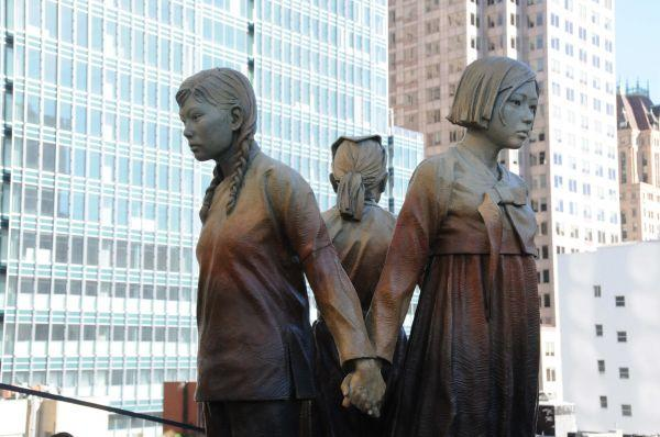"""资料图片:这是2017年9月22日在美国旧金山市圣玛丽广场拍摄的""""慰安妇""""塑像。新华社记者 马丹 摄"""