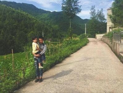 哥哥抱著腿疾的妹妹把學上 妹妹就像在他懷里長大