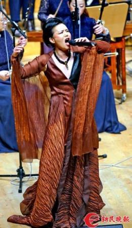 龚琳娜在演唱《稻花香里说丰年》2-郭新洋.jpg